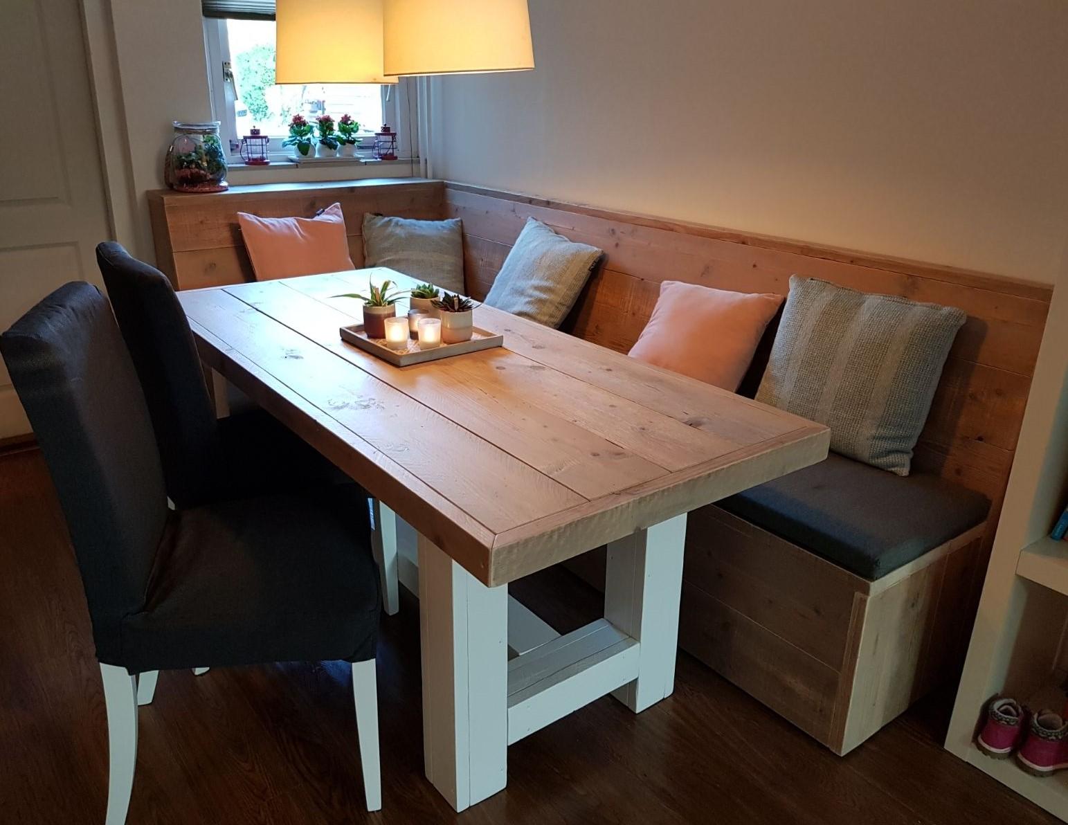 Landelijke eettafel van steigerhout met wit onderstel.
